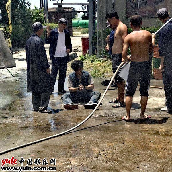王亮新作欢迎来到熊仁镇杀青花式受虐惹人怜